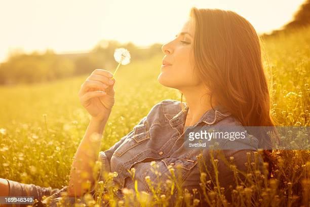 Frau genießen die Sonne.