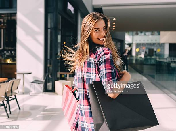 woman enjoying the weekend in the shopping mall - winkelen stockfoto's en -beelden