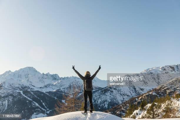 woman enjoying the winter mountain landscape, valmalenco, italy - terrasse panoramique photos et images de collection