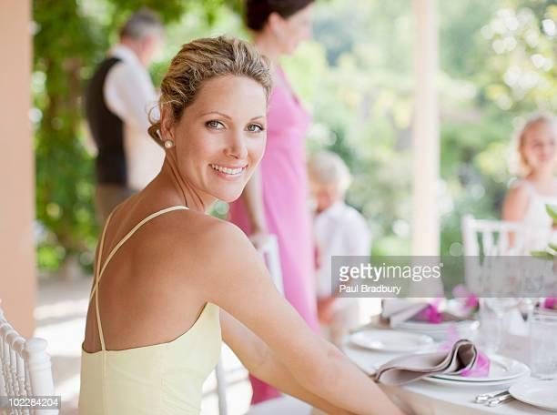 woman enjoying wedding reception - gast stockfoto's en -beelden