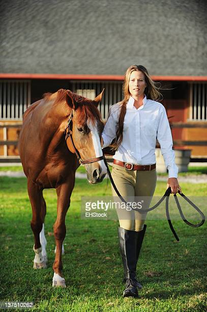 Femme équestre à Chestnut Mare cheval au Ranch
