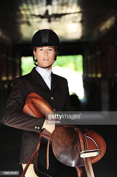 Frau Reiterstil mit englischen Pferd Sattel in der Scheune
