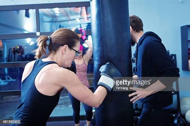 Boxen Frau Übung Workout im Fitness-Club
