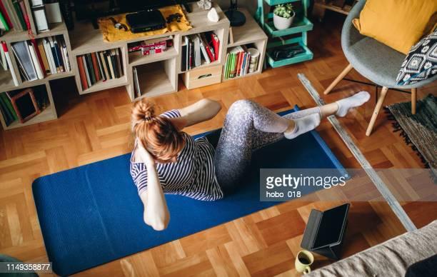 mulher que exercita em casa - ginástica - fotografias e filmes do acervo