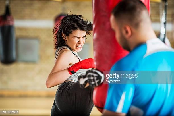 Femme exerçant la boxe.