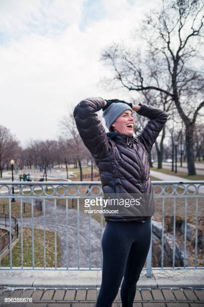"""mujer haciendo ejercicio en el parque público de la ciudad en invierno. - """"martine doucet"""" or martinedoucet fotografías e imágenes de stock"""