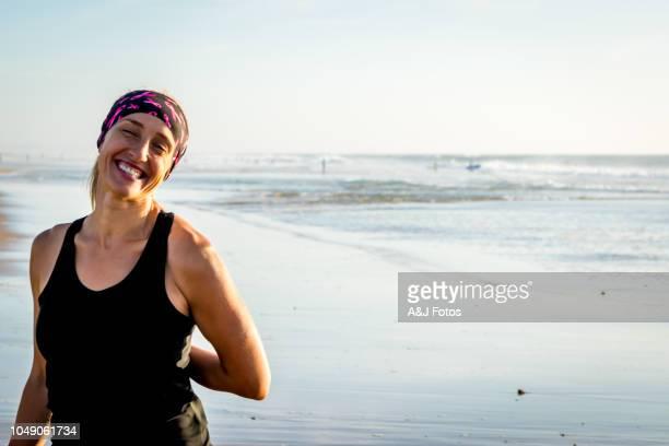 femme faisant des exercices sur la plage - cancer photos et images de collection