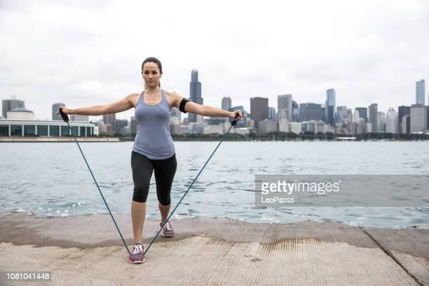 mulher de exercício ao ar livre na cidade - flexibilidade - fotografias e filmes do acervo