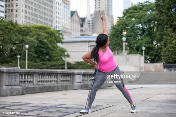 mujer ejercitando al aire libre - modelos gorditas fotografías e imágenes de stock