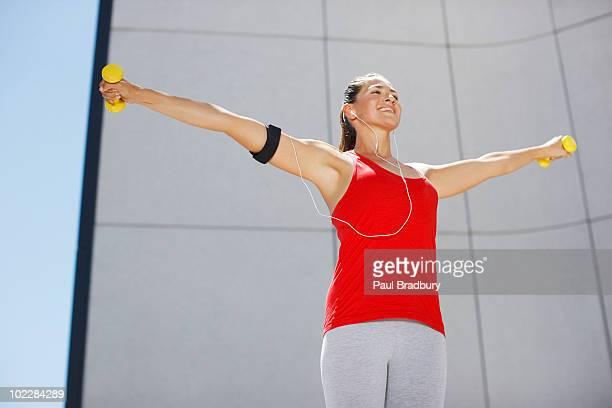 Mujer ejercicio con pesas de mano al aire libre