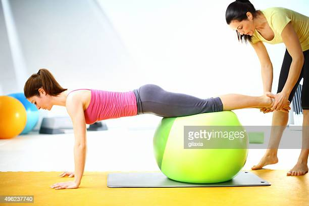donna esercitando con istruttore. - gilaxia foto e immagini stock
