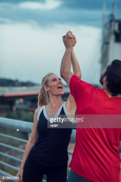 Frau, die das Training mit Personal Trainer im freien