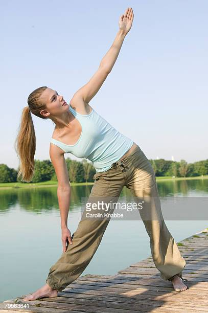 woman (20-25) exercising yoga on jetty - この撮影のクリップをもっと見る 2025 stock pictures, royalty-free photos & images