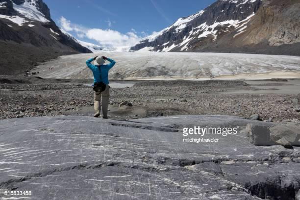 女性を探る溶融アサバスカ氷河ジャスパー国立公園アルバータ州カナダ ハイキング
