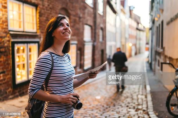 frau erkundet lübecker altstadt - cultures stock-fotos und bilder
