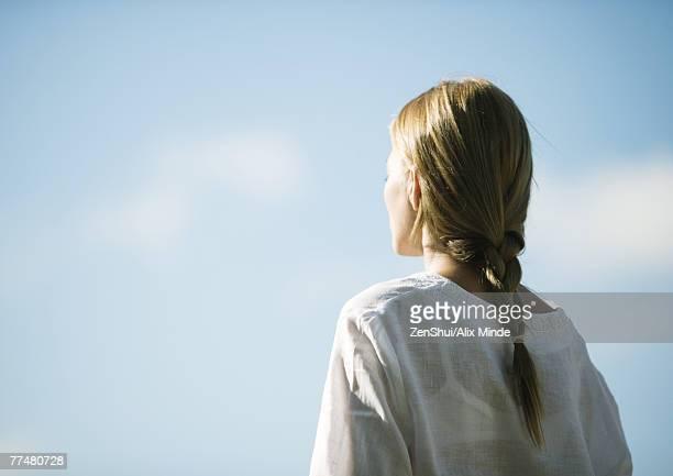woman facing sky, rear view - mujeres de mediana edad fotografías e imágenes de stock