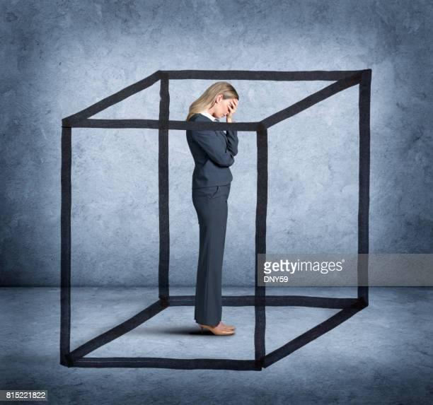 mulher se sentindo encurralado - obstruir - fotografias e filmes do acervo