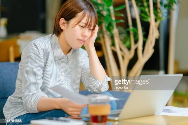 失業のせいでストレスを感じている女性 - 職探し ストックフォトと画像