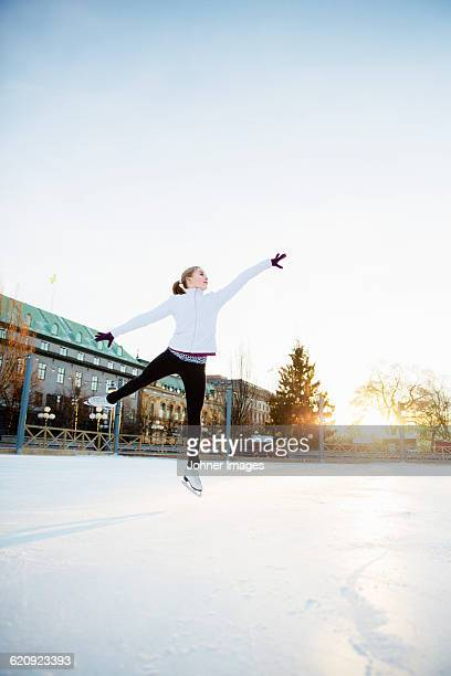 woman figure skating - eiskunstlauf stock-fotos und bilder