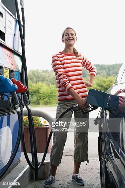 woman filling car with gas - abastecer imagens e fotografias de stock