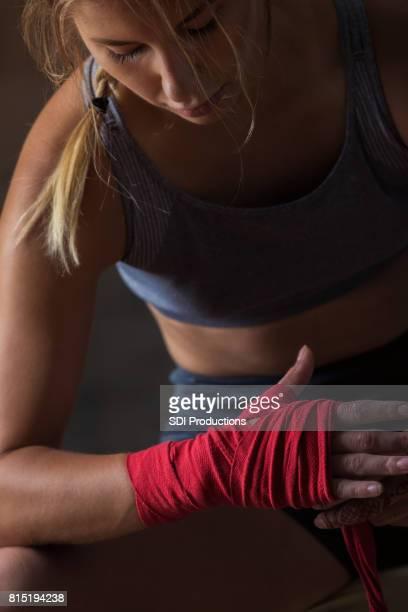 Mujer termina envolviendo muñeca antes de entrenamiento