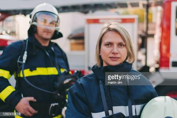 女性消防士の肖像画 - 酋長 ストックフォトと画像