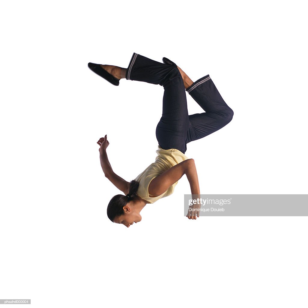 Woman flipping in air, side view : Stockfoto