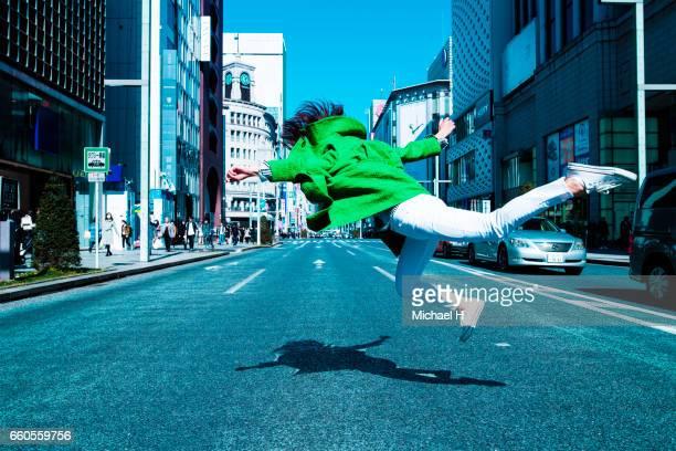 woman floating in the city - 22 jump street fotografías e imágenes de stock