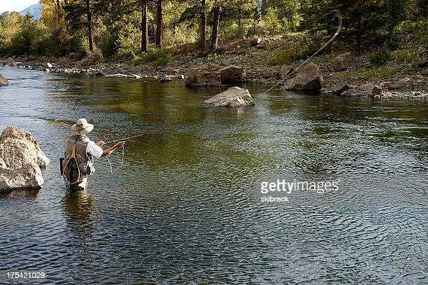 Mujer pesca con mosca