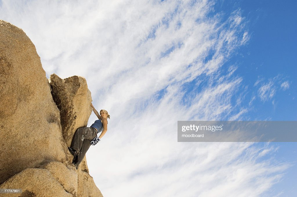 woman free climbing on rocks ストックフォト getty images