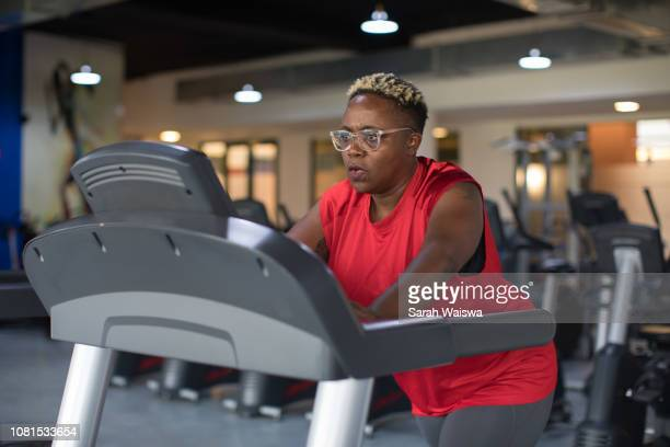 black woman working out on a treadmill at the gym - sarah hardy stock pictures, royalty-free photos & images