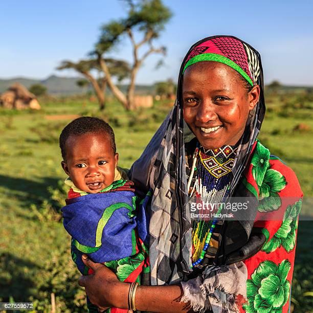 Frau von Borana-Team hält Ihr baby, Äthiopien, Afrika