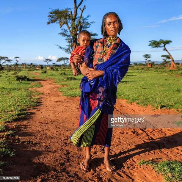 vrouw uit borana stam houden van haar baby, ethiopië, afrika - african tribal culture stockfoto's en -beelden