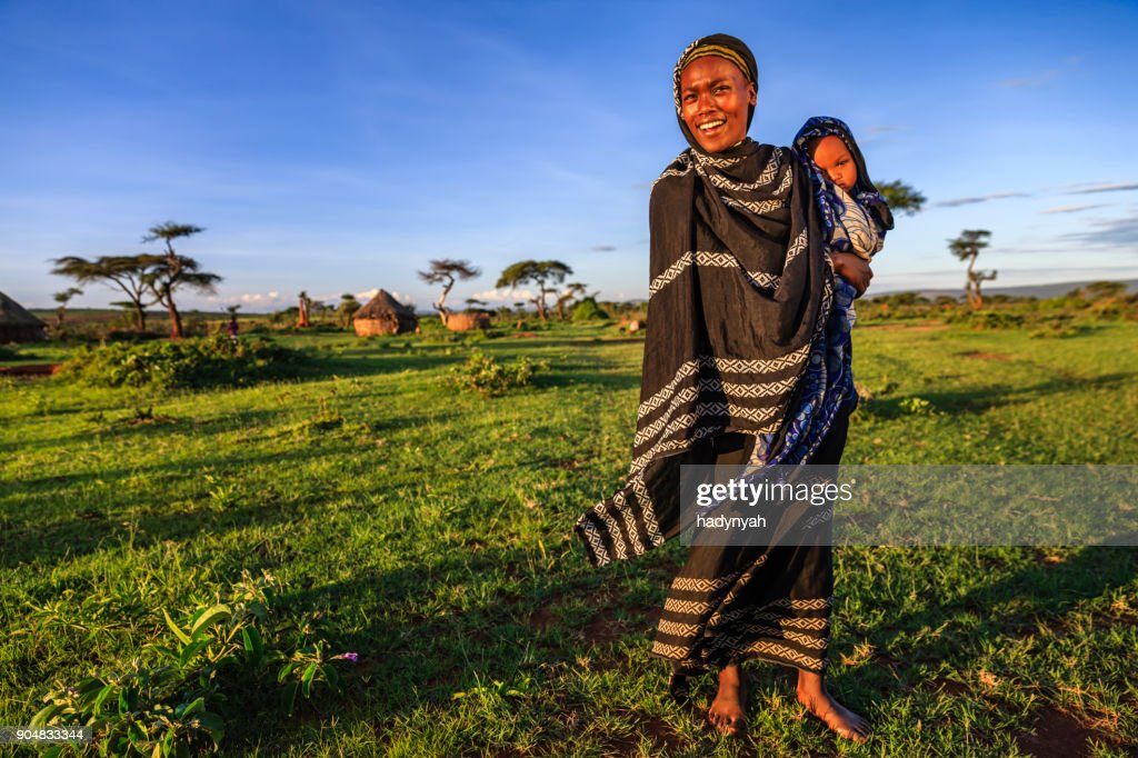 Woman from Borana tribe holding her baby, Ethiopia, Africa : Foto stock