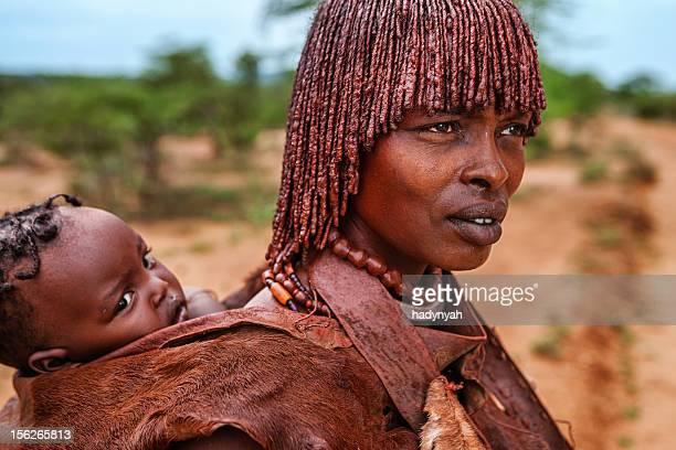 Frau von Hamer tribe tragen ihr baby, Äthiopien, Afrika