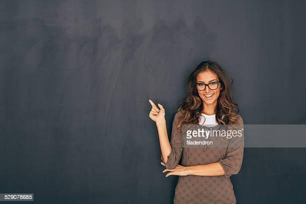 Donna davanti della lavagna