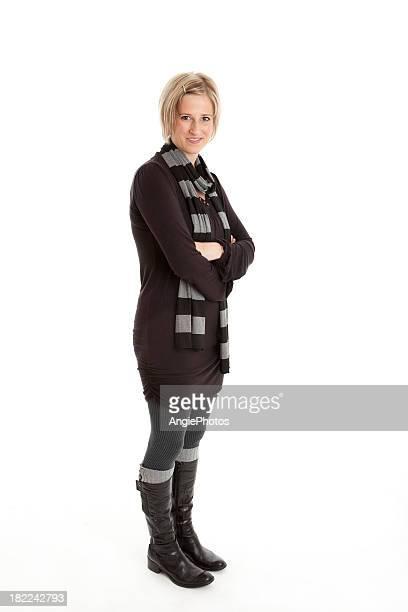 Mujer con los brazos cruzados de cuerpo completo