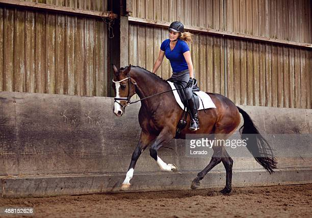 Femme galloping à l'intérieur