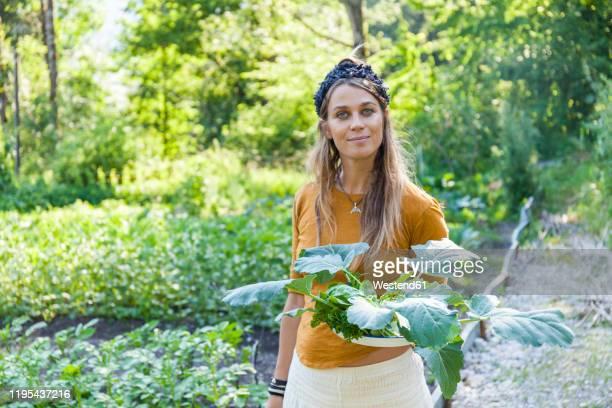 woman gardening - kool kool familie stockfoto's en -beelden