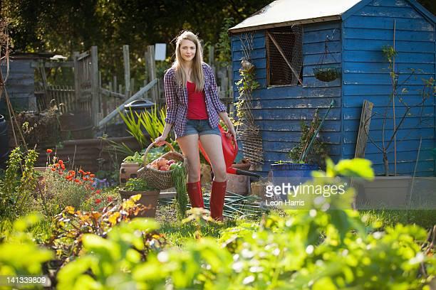 Frau treffen Gemüse im Garten