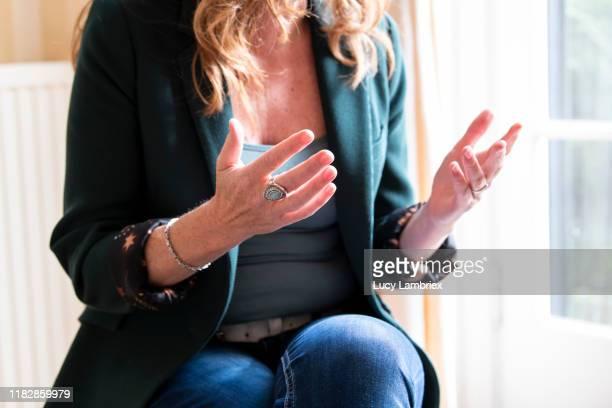 woman gesturing, explaining something - expliquer photos et images de collection