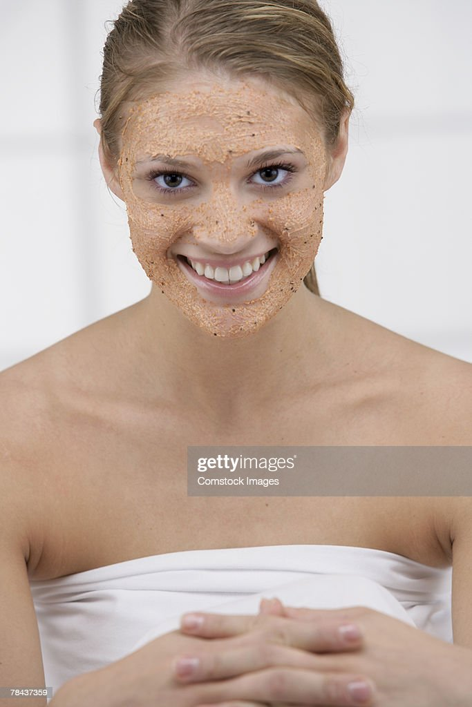 Woman getting a facial : Stockfoto