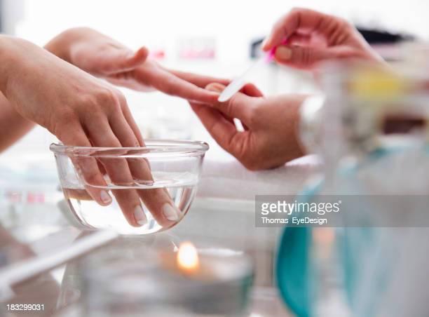 Mujer obtener una sesión de manicura