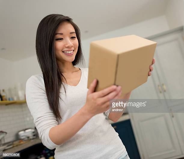 woman getting a package on the mail - recebendo - fotografias e filmes do acervo