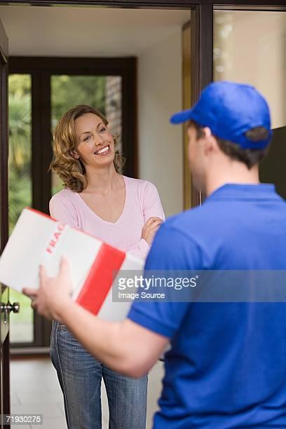 Donna fare una consegna di pacchi da uomo