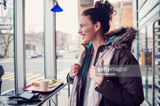"""mujer obtener cómodo en un café de la ciudad en invierno. - """"martine doucet"""" or martinedoucet fotografías e imágenes de stock"""