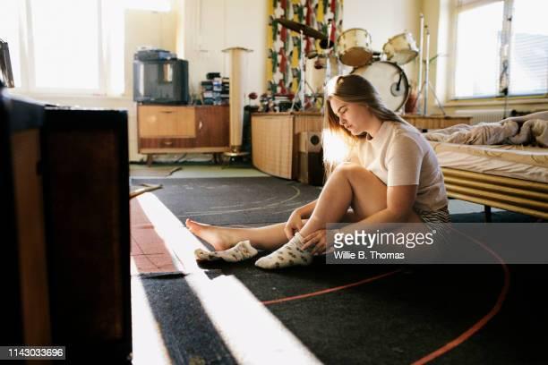 woman getting dress in the morning - frauen über 30 stock-fotos und bilder