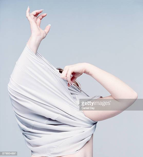 woman getting dressed, trapped in garment - femme se deshabille photos et images de collection