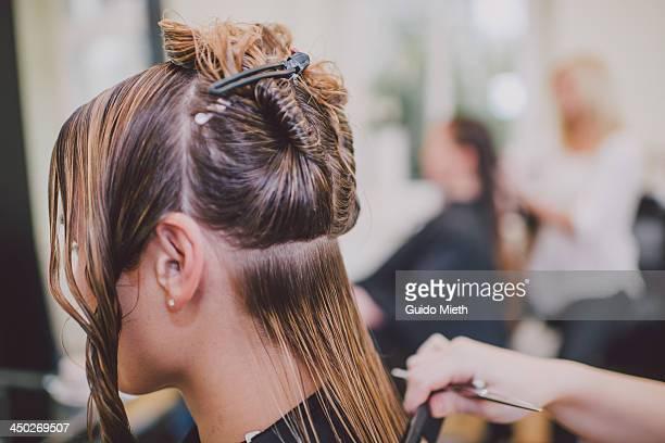 woman getting haircut - salone di parrucchiere foto e immagini stock