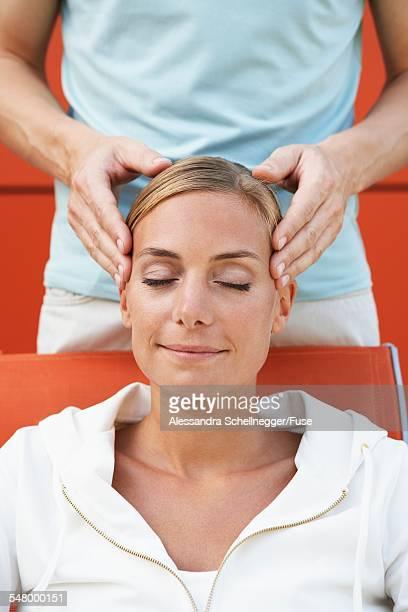 woman getting head massage - massaggio sensuale foto e immagini stock